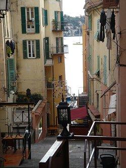VilleFranche 海に下る急な階段downsize