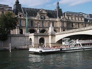 セーヌ(Seine)のほとり橋の彫刻と三色旗downsize
