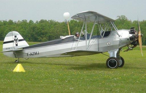白いマフラーなびかせる複葉機の「コスプレ」パイロットREVdownsize