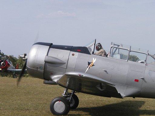 オールドファッションのパイロットが乗るテキサン(Texan)練習機downsize