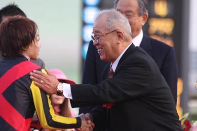 有馬記念のプレゼンターを務めた野村監督。笑顔がマブしいぜ…