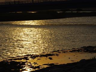 夕日が海に