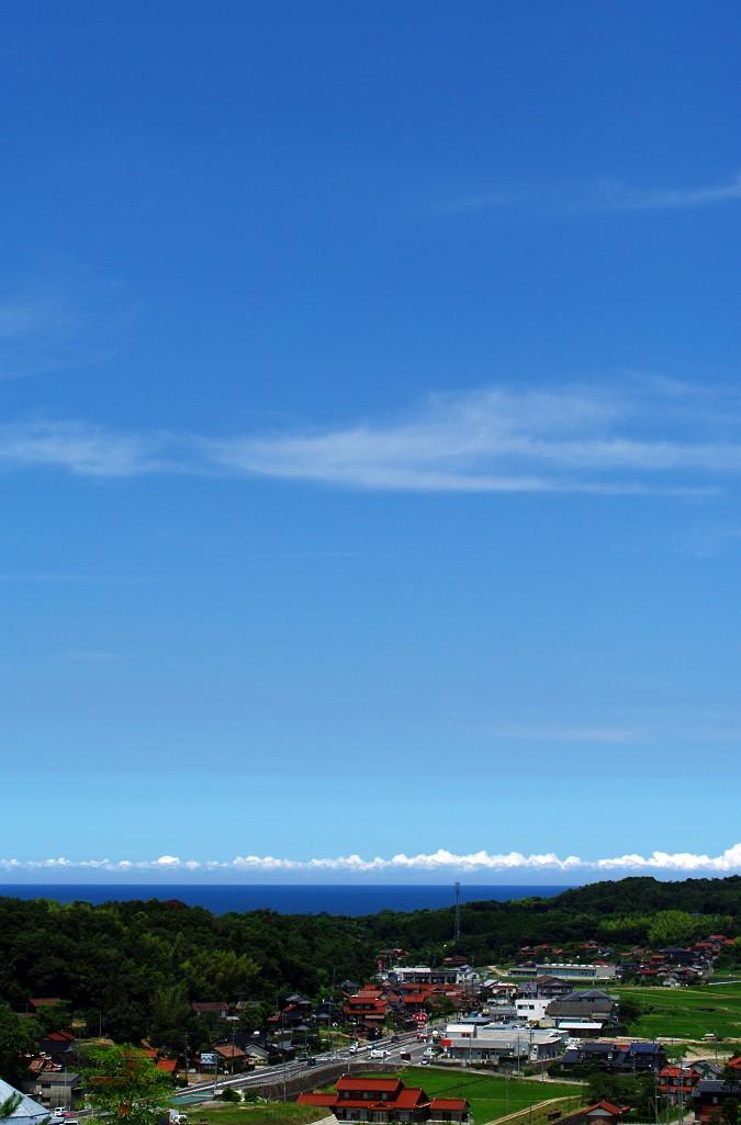 水平線上の雲と青空