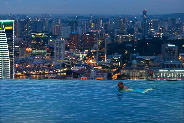 skypark-marina-bay-sands-hotel-macau-infinity-pool.jpg