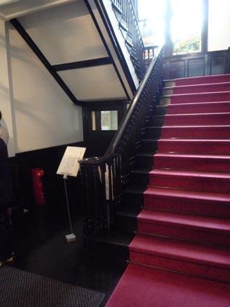 鳩山会館階段室