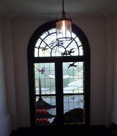 鳩山会館階段ステンドグラス①