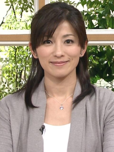 灰色のカーディガンの中田有紀