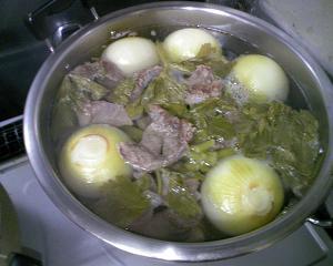 牛スジを下茹でした後に野菜と煮込みます