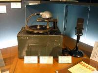 「終戦の詔書」の円盤録音機とマイクロフォン