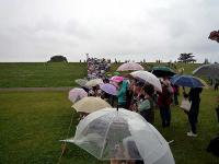 雨も強くなってきた中のギャラリー