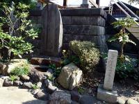 建部綾足の墓碑