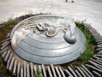 広場の龍のオブジェ