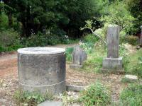 石碑と井戸