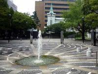 開港広場「石の舗装」「サークルミラー」「街路灯」