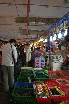 たくさんの人がお買い物。