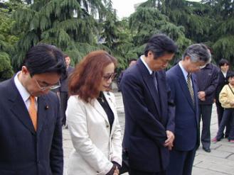 管直人南京虐殺記念館黙祷