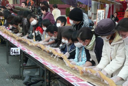 そばいなり寿司巻き世界記録達成の瞬間!