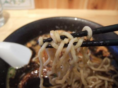 茶色い太目のちぢれ麺