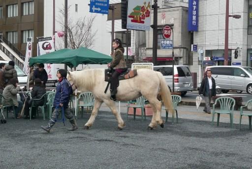 乗馬を楽しむ子供達