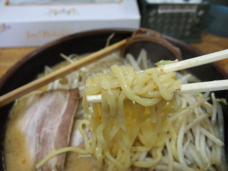 太めのストレート麺