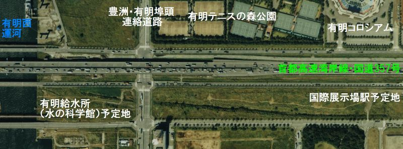 1988年の有明第3・4トンネル予定地付近の航空写真。豊洲・有明埠頭連絡道路脇のトンネル予定地は整地されておらず水溜りになっていた。また、首都高速11号台場線(レインボーブリッジ)はようやく橋脚が建ち始めたところで、有明JCTは影も形も無い。