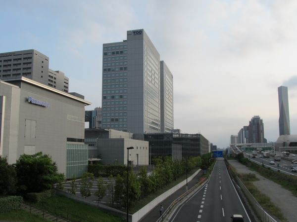 国際展示場駅西側のコロシアムブリッジから東京テレポート駅方面を見る。りんかい線のトンネルは道路左側の地下を通る。