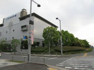 有明第4トンネルに隣接して建つ東京都水の科学館。トンネルは建物右の森の下を通っている。