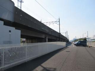 東雲架道橋の先はトンネルへ向けて10パーミルの下り勾配となっている。