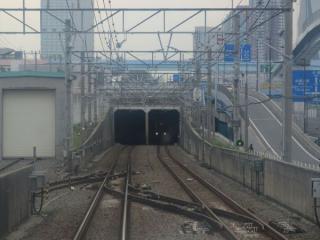 下り列車の前面展望。両側のよう壁がせり上がりそのままトンネルへ突入する。
