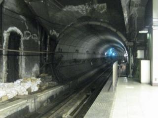 比較のために総武快速線馬喰町駅のホーム端。