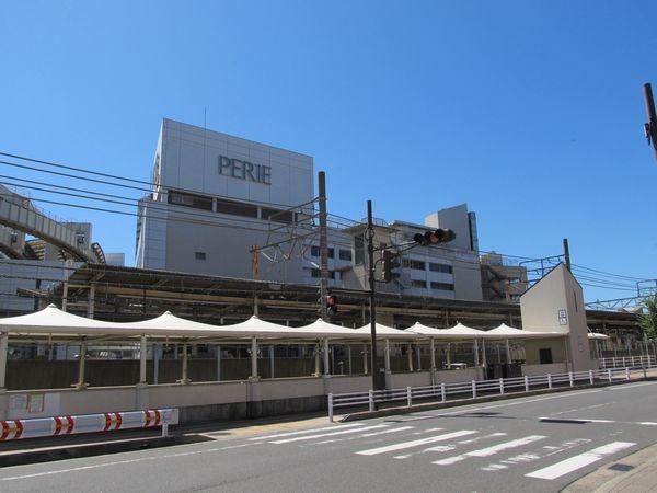 駅の北側(弁天1丁目)から見た駅ビル「ペリエ1」。