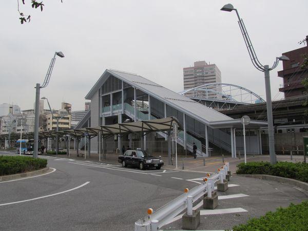 エレベータの工事が完了し、階段部分にも屋根が新設された西口駅舎。