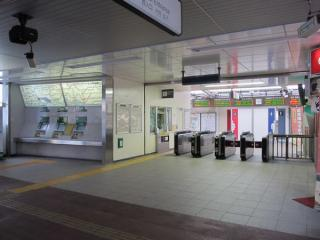 リニューアルされた西口改札口。東口橋上駅舎からの通路は正面のトイレのある位置に接続する予定だが、現在のところ変化はない。