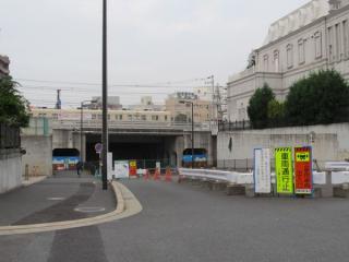 未開通のため放置されている市道千葉港黒砂台線と京成千葉線の交差部分。