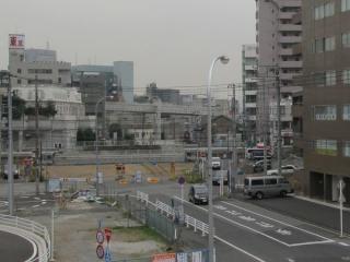 西口駅前の歩道橋から更地になった道路予定地を見る。