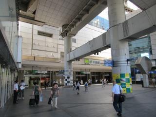 千葉駅東口駅前広場。上空には千葉都市モノレールの駅舎がある。