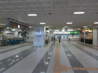 モノレール千葉駅改札口。JR千葉駅橋上駅舎からの通路は右のミスタードーナツがある位置に接続する。
