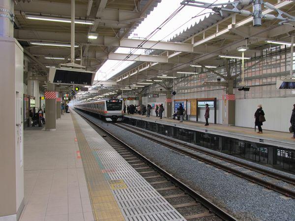 高架化された国立駅上り線に進入するE233系