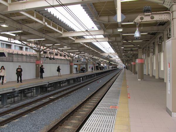上り線が高架化された国立駅