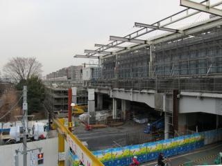 武蔵小金井駅前の歩道橋から工事中の上り本線(4番線)の東京方を見る。