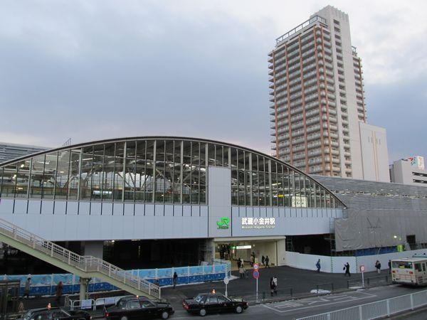 北側の壁面も完成した武蔵小金井駅