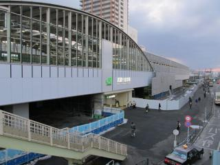 駅の外から見た武蔵小金井駅。4番線の高架橋完成に伴い、北側の壁面も完成した。