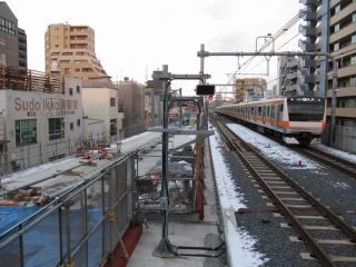 ホーム端から東京方面を見る。左の地上線跡では3番線(上り本線)の高架橋建設が進む。