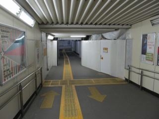 地上ホーム時代から使われている仮設通路の一部は2番線へ向かう通路に転用されている。