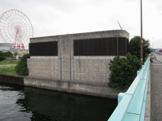 有明橋の上から見たりんかい線有明立坑換気塔。上下2線分のルーバーがある。
