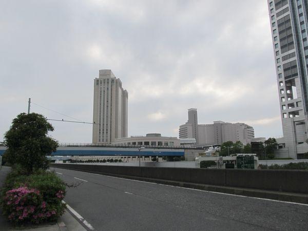 りんかい線は正面のホテルグランパシフィックLE DAIBAの下を横切って東京港の海底トンネルへ向かう。