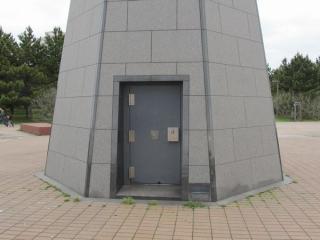 塔の海側にある扉。南京錠が幾つも掛けられており、非常口として使うことは考えられていないようだ。