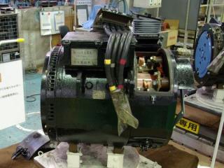 直流モーターの例(国鉄201系MT60形)。内部に見える金色の部分が回転子の極性を切り替える整流子。