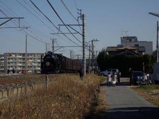 千葉みなと駅へ向けて静々と走り去るDL内房100周年記念号。