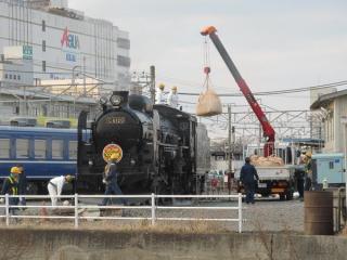 駅南方の転車台に到着後は石炭の補給などを受ける。右のトラックに積まれているのが石炭。
